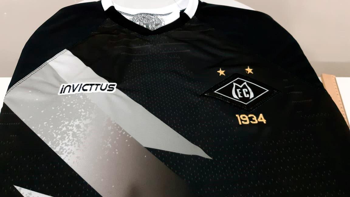Camisa de jogo oficial do Mixto Esporte Clube, na cor preta com faixa branca em raio, símbolo bordado da marca Invicttus