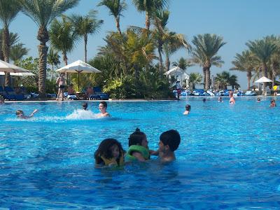 أطفال خلال السياحة والسفر في فندق القصر في دبي