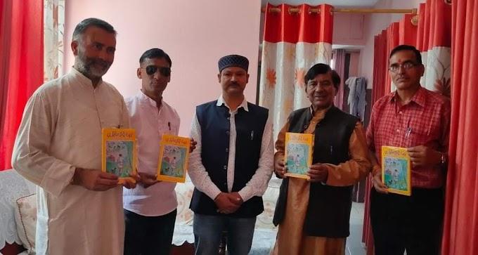 गढ़ रत्न नरेंद्र सिंह नेगी ने किया संदीप रावत के गीत संग्रह तू हिटदी जा गीत संग्रह का विमोचन