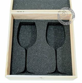 Estuche de madera con copas vino grabadas mediante tecnología láser
