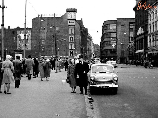 """Ноябрь 1961 года. Рига. На улице Ленина возле часов """"Laima"""""""