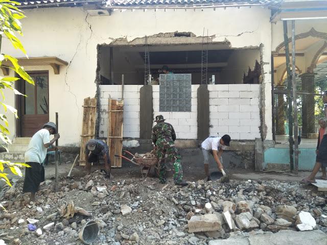 Babinsa Bantu Warga Renovasi Masjid di Desa Binaan