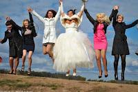 Spassiges Hochzeitsfoto Braut mit Brautjungfern lustig und peinlich