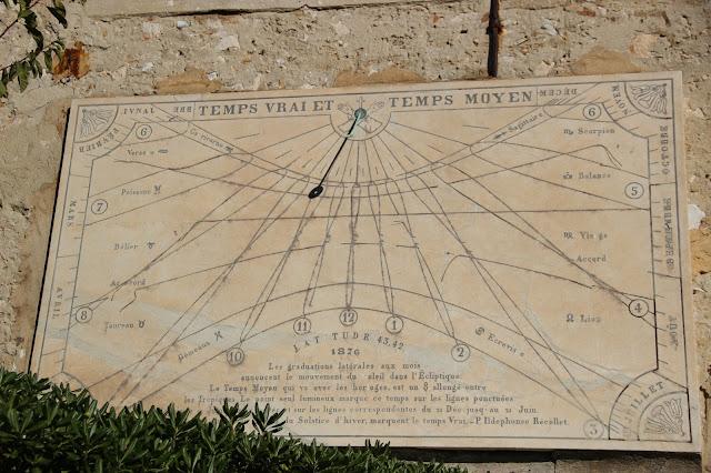 Солнечные часы возле Францисканского музея. Ницца.