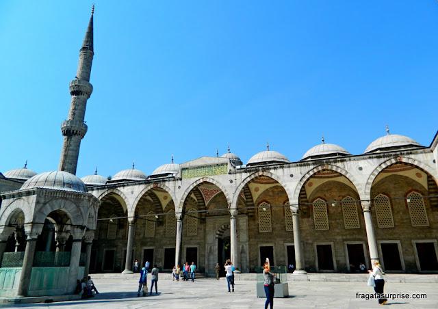 Pátio interno da Mesquita Azul, em Istambul, Turquia