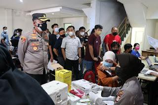 Kapolres Pelabuhan Makassar Pantau Vaksinasi Gerai Door to door di Pasar Butung