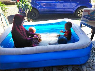 Bermain air di kolam kisubo