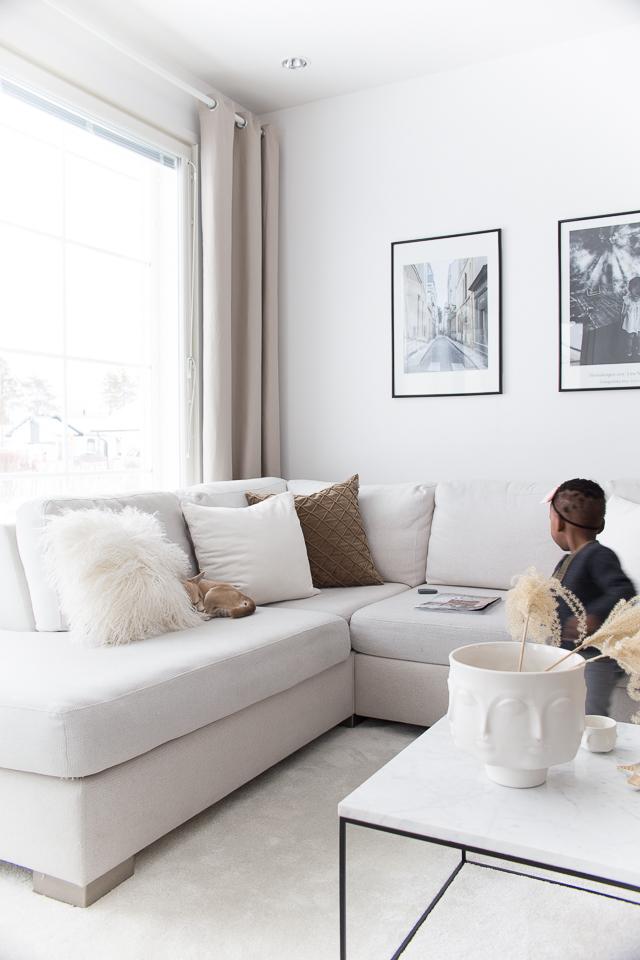 Villa H, valokuvataulu, olohuone, lapsi, sisustus, chihuahua