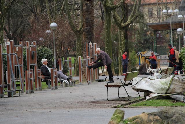 Ancianos ejercitándose al aire libre en Barakaldo