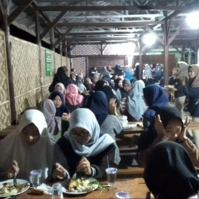 Makan di gazebo gravity sebagai wisata kuliner di situ cileunca