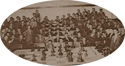 El Sr. Ribera, challenger del Sr. Vilardebó, Campeón de Catalunya de ajedrez, entrenándose en el tablero gigante del Billar Club Barcelona
