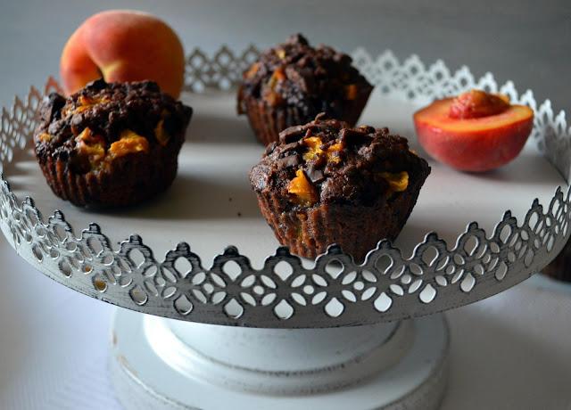 muffiny+czekoladowe Muffiny czekoladowe z brzoskwiniami