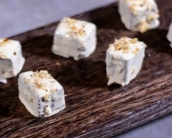 Μπουκιές καρυδόπαστου με γλάσο λευκής σοκολάτας