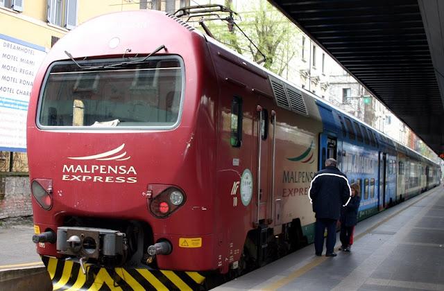 Trem do aeroporto Malpensa até o centro turístico de Milão