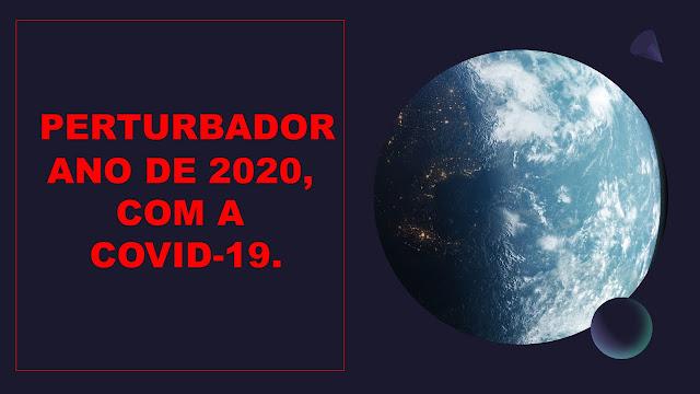 A imagem mostra o globo Terrestre visto do alto e com luzes e cada ponto de luz representa os países infectados por covid-19.  Ao lado tem uma frase: perturbador ano de 2020, com a covid-19.