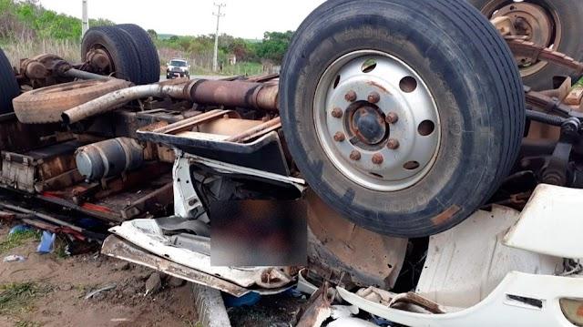 Motorista de caminhão morre após veículo tombar na CE-060 no Ceará