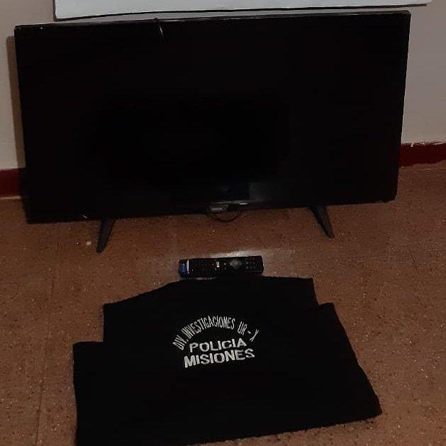 """POSADAS Investigadores de la @MisionesPolicia recuperaron un televisor robado Ocurrió en el barrio A-4, donde la División  Investigaciones de la UR 10, recuperó un Smart TV de 43""""."""