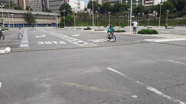 Como aprender a andar de bicicleta sem rodinhas.