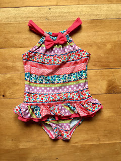 Bơi bé gái hiệu Floatimini, cái này trên web bán phải trên 30$/ 1bộ đó a, có chống nắng nha cả nhà. Hàng nguyên tag, tem còn nguyên ngay đáy quần. Made in cambodia.