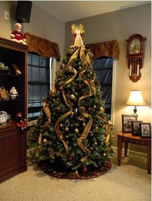 cómo adornar el árbol de navidad bonito, decorar el árbol con cinta que caiga de la punta del árbol hacia abajo