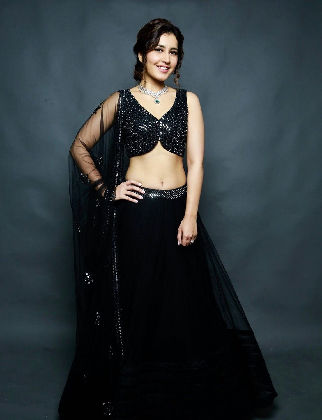 Actress Raashi Khanna hot stills