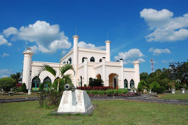 Istana itu dibangun pada 1889 oleh Sultan Assyayidis Syarief Hasyim Abdul Jalil Syaifuddin Syah-- Sultan XI–. Sebelum didirikan, Sultan melakukan berkunjung ke Eropa, dan mengunjungi negeri Belanda dan Jerman. Dalam lawatan itu, Sultan juga membeli banyak peralatan dan perlengkapan dari Eropa yang akan mengisi istana itu. Salah satu benda penting adalah 'Komet'. Komet merupakan gramofon besar, yang terletak dalam sebuah lemari kayu yang sangat berat. Di dunia ini cuma ada dua gramofon sebesar itu selain di Istana Siak, sebuah lagi bisa dijumpai di negara asalnya Jerman. Gramofon itu masih bisa digunakan hingga kini. Selain itu, di dalam bangunan megah itu juga tersimpan singgasana kerajaan yang bersepuh emas, duplikat mahkota kerajaan, brankas kerajaan, payung kerajaan, tombak kerajaan, dan tidak ketinggalan meja dan kursi makan yang terbuat dari kristal asli Cekoslovakia.