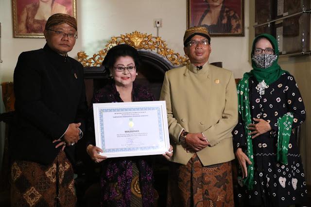 Waldjinah menerima penghargaan dari UNS