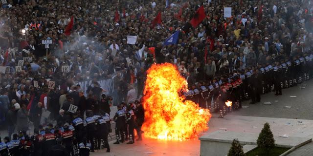 Οργισμένοι διαδηλωτές στην Αλβανία ζητούν παραίτηση Ράμα (βίντεο)