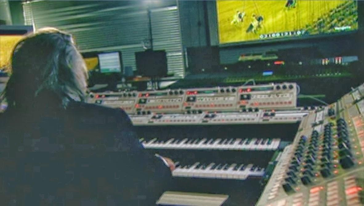 El músico griego Vangelis con su sistema MIDI 'custom' trabajando en la banda sonora del film Alexander (Oliver Stone, 2004).