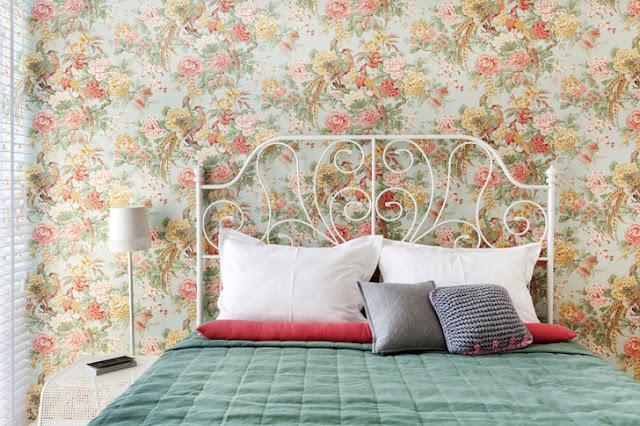tapet cu flori in dormitor