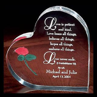 قلب مكتوب عليه بالانجليزى كلمات رومانسية