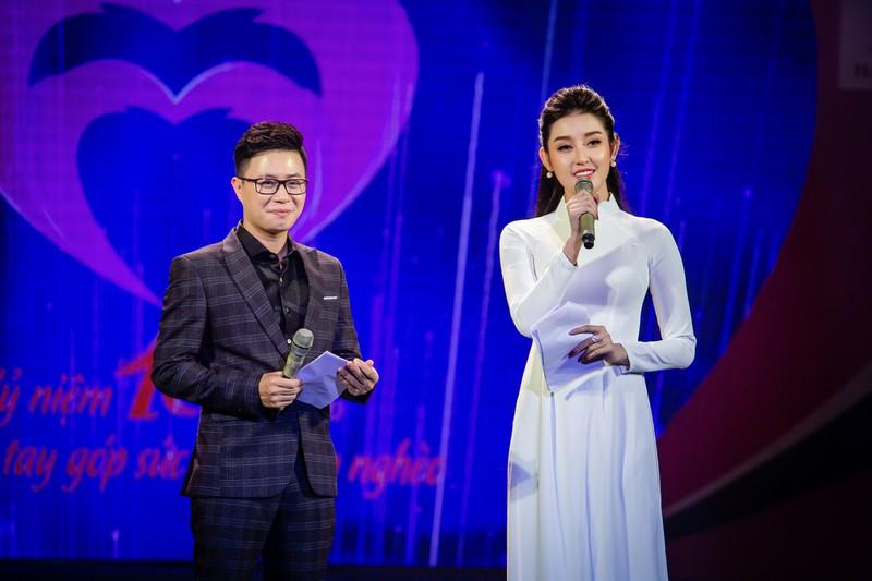 Huyền My dẫn chương trình trên sân khấu