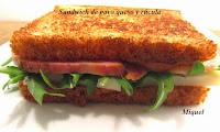 Sándwich de pavo, queso y rúcula