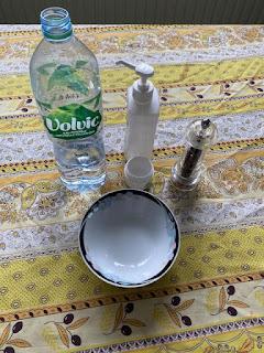 Ustensiles et ingrédients pour l'expérience de l'eau et du poivre
