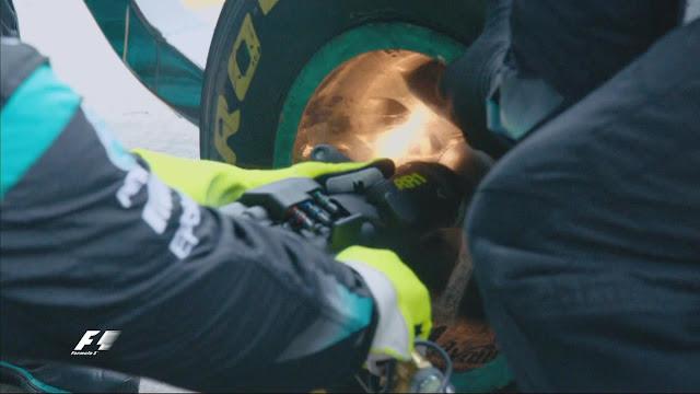 Di lap ini Rosberg pitstop dan saat pergantian ban ada percikan api, tapi itu tidak membuat masalah pada mobil.