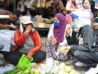 Peduli Covid 19, Nurul Akhyar Bagikan Masker Kepada Pedagang di Pasar Pekong