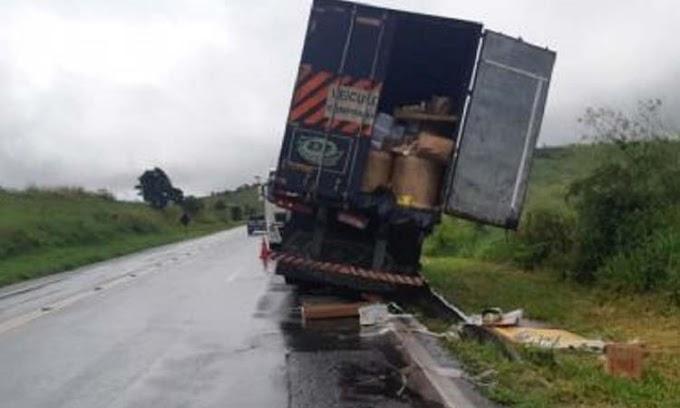 Caminhão tomba na BR-116, em Jaguaquara; PRF prende 5 por saquear carga