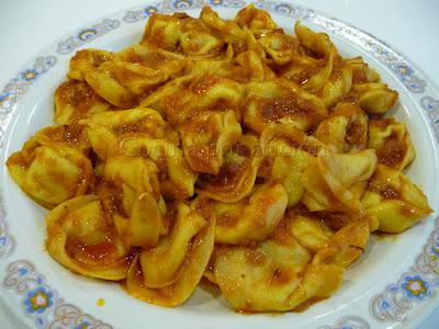 Tortellini de carne en salsa de tomate