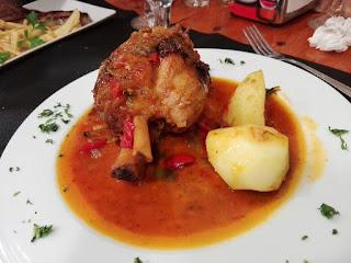 Presentación de la receta de codillo con patatas y pimiento rojo
