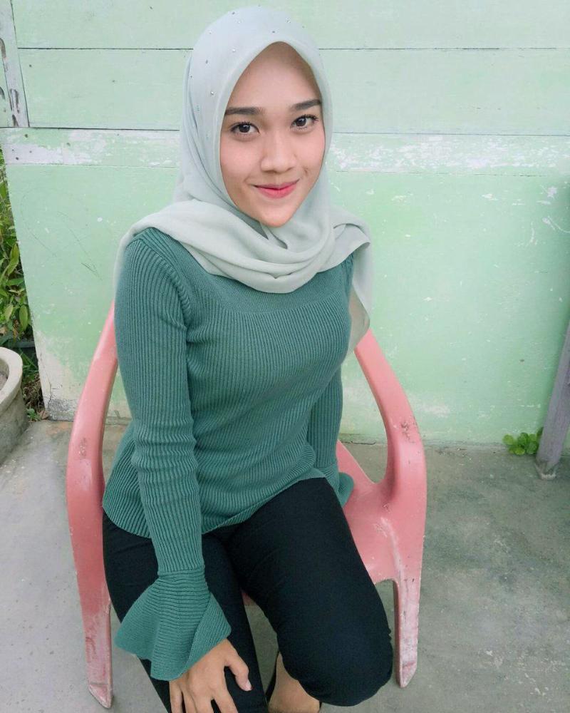 cewek hijab gadis desa manis pakai Sweater rajutan manis