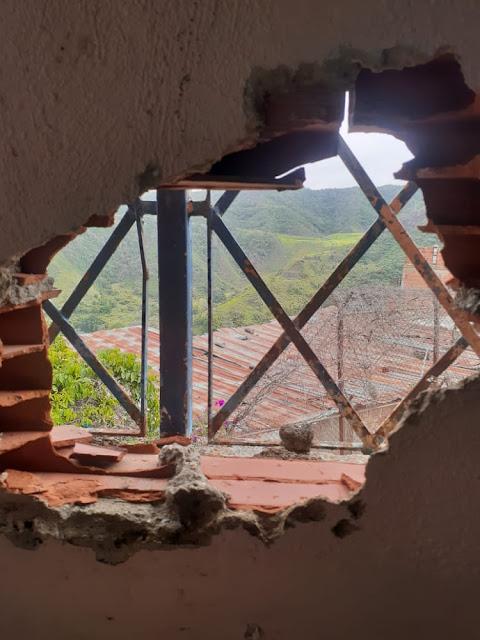 VENGANZA   Con fusiles de asalto destruyeron un colegio en la Cota 905