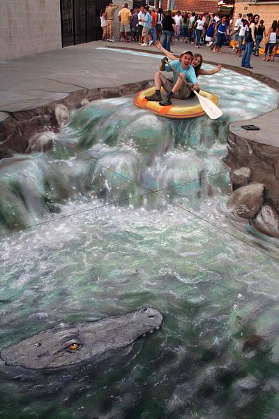 Timsahlı bir nehirde rafting yapan insanları gösteren kaldırım sanatı resmi