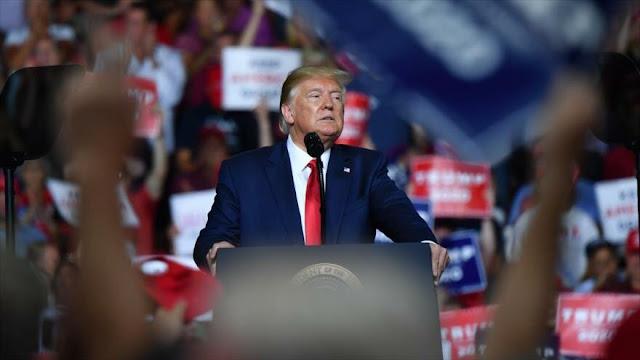 Trump se burla del peso de manifestante que interrumpe su discurso
