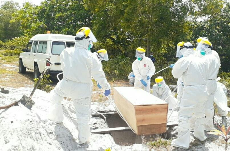 Danramil 01/Ranai Bersama Tiga Orang Babinsa dan Tim Gugus Covid-19 Natuna Makamkan Jenajah Covid-19
