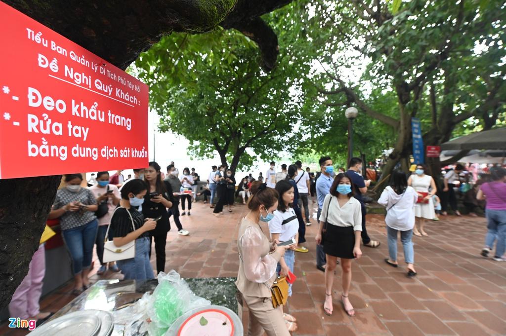 Người dân chen chân đi lễ phủ Tây Hồ dù dịch đang diễn ra