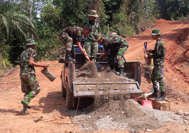 TNI Bangun Jalan Tembus untuk Warga Buka Lahan Baru