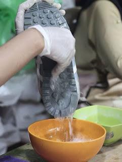 cuka dan baking soda - cara merawat sepatu