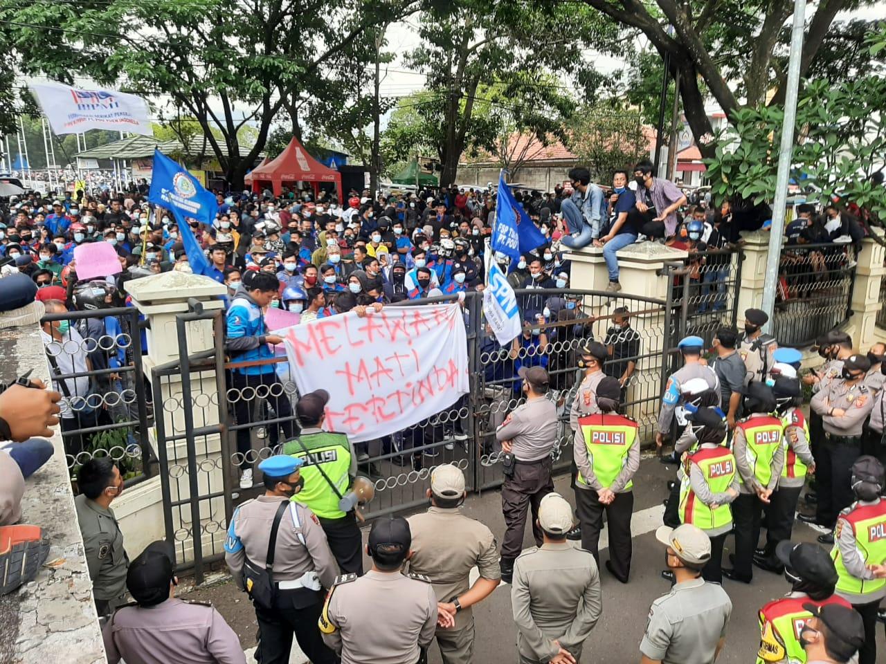 Tolak Pengesahan UU Ciptakerja, Ribuan Buruh Gruduk Gedung DPRD Cianjur