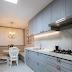 Cozinha clássica azul com canto alemão + bancada, nichos e piso porcelanato mármore!