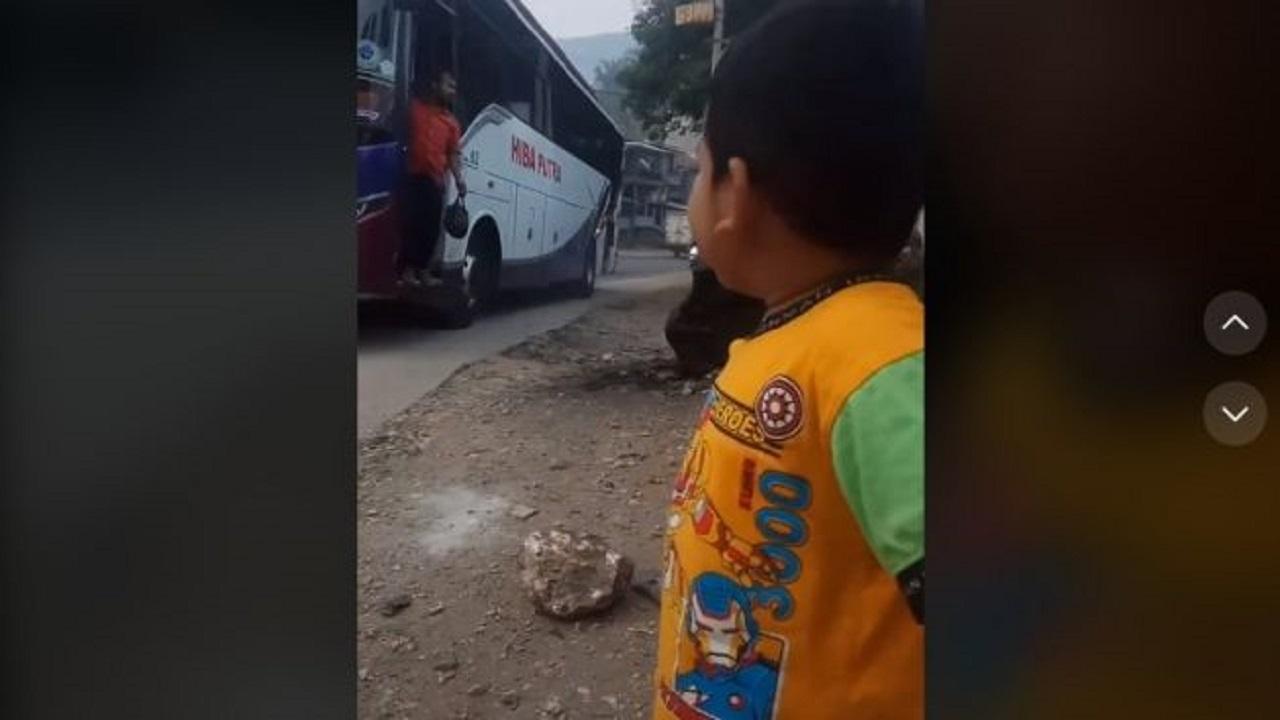 Viral Video Balita Berdiri di Pinggir Jalan, Ingin Ketemu Bapak yang Jadi Kernet Bus